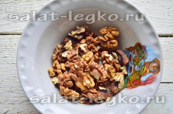 Ядра грецких орехов достаньте из скорлупы