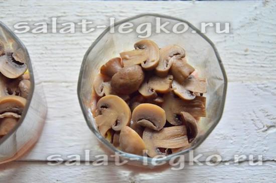 выложите пластинки маринованных грибов.