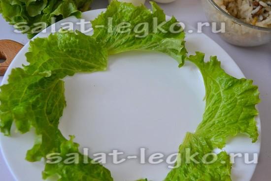 выложите салатные листья