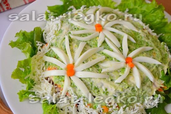 Смажьте чуть последний слой майонезом, и формируйте ромашки на верхушке салата