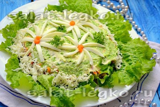 Оставшуюся часть белка натрите и обсыпьте салат по бокам