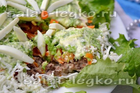 Салат с рыбными консервами и зелёным горошком.