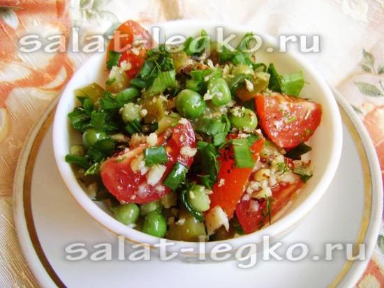 Необычный салат с зелёным горошком и орехами