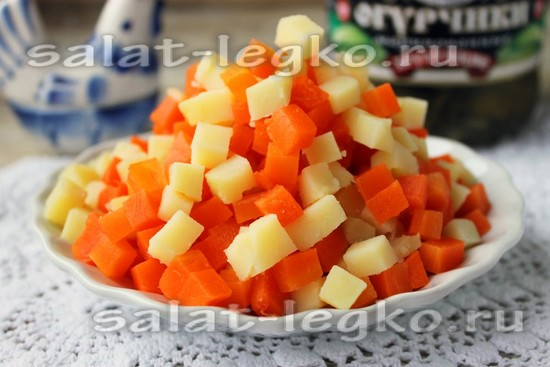 Морковь и картошку нарежьте
