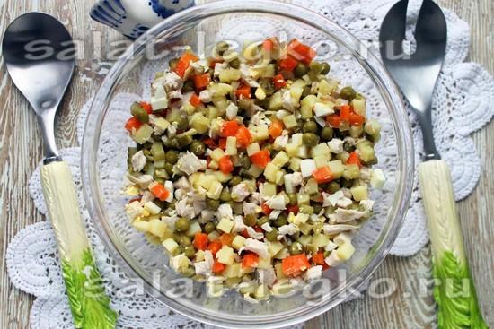 смешайте курицу, картофель, морковь, огурцы, яйца и зеленый горошек.