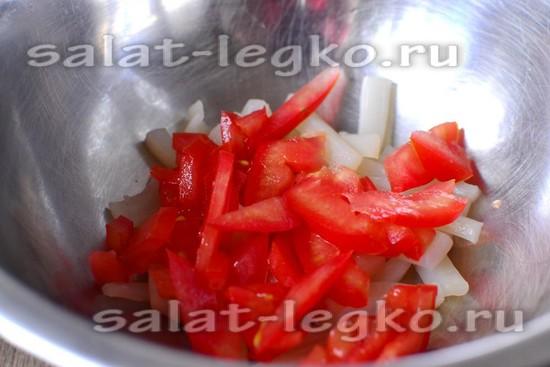 Салат из кальмаров с помидорами и сыром