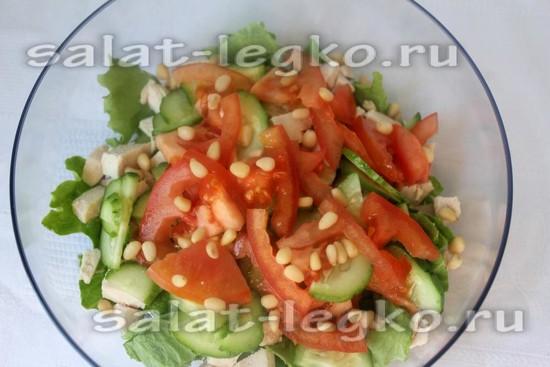 В салат добавляем кедровые орешки.