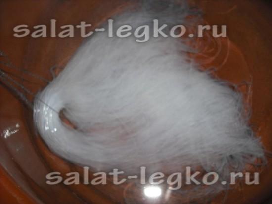 В кольцо вермишели протянуть нитки и вместе с ними поместить фунчозу в кипящую воду