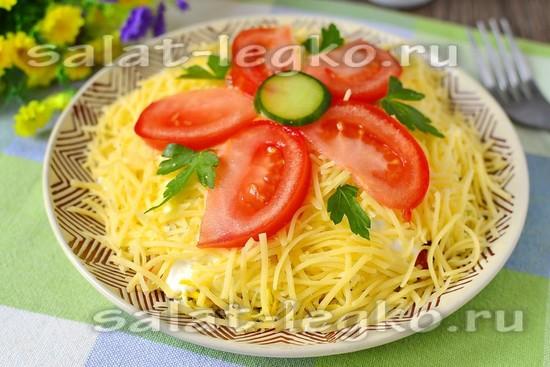 Салат слоеный с копченой колбасой и помидорами
