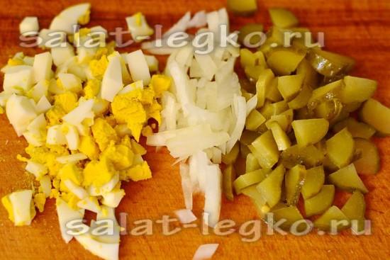 нарезать яйца, огурцы, лук