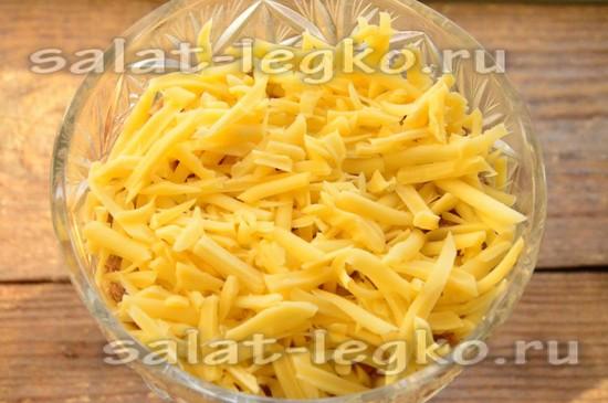 посыпаем всё тёртым сыром