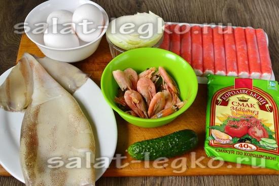 Ингредиенты для приготовления салата морской коктейль с креветками и кальмарами крабовыми палочками