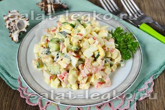 рецепт салата морской коктейль с креветками и кальмарами крабовыми палочками
