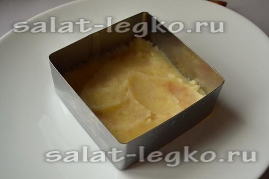 выложить картофель первым слоем