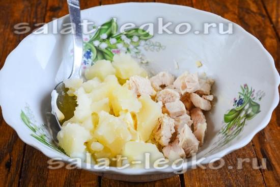 Смешать нарезанную картошку и курицу