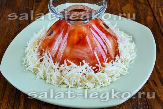 Выложить сыр по краю формы