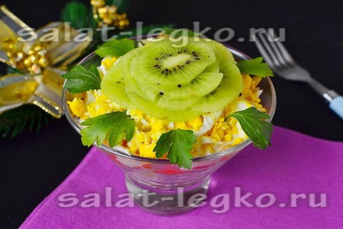 Салат с киви и куриным филе