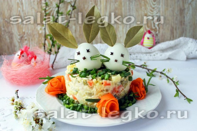 Пасхальный салат «Оливье» с курицей и солеными огурцами