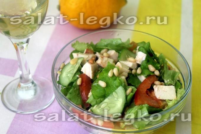 Салат с кедровыми орешками, курицей и пикантной заправкой