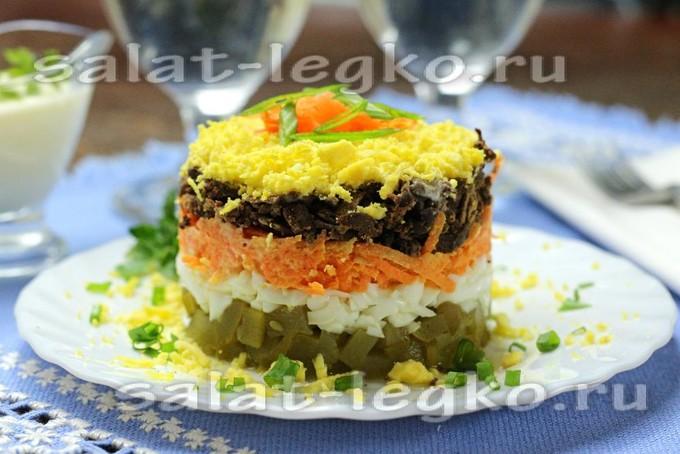 Слоеный салат с жареной печенью