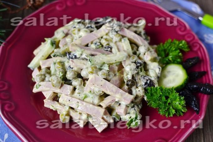 Салаты с горошком консервированным и колбасой