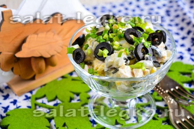 Салат с оливками курицей и сыром