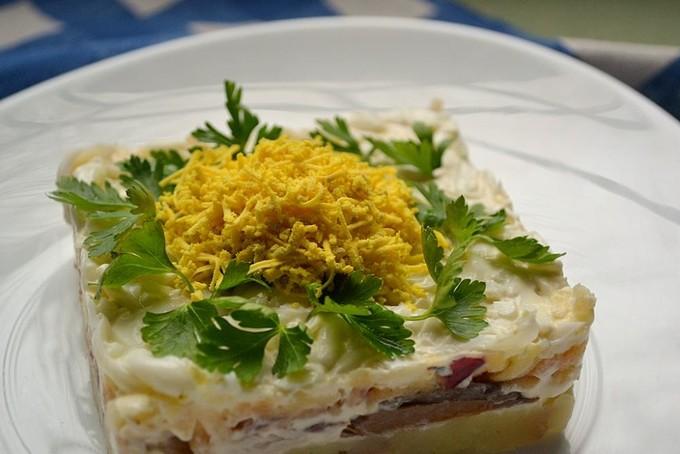 Салат со скумбрией, яйцом и яблоком «Мимоза»