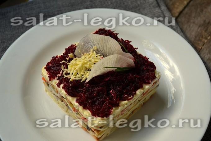 Закусочный салат-торт со шпротами и крекером