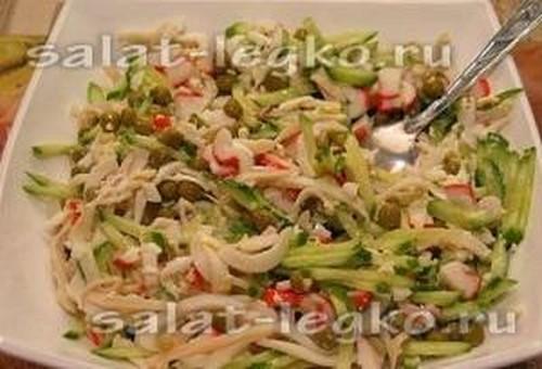 Салат с кальмарами и крабовыми палочками и огурцом с