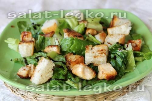 выложить салат с курицей и сухариками на блюдо