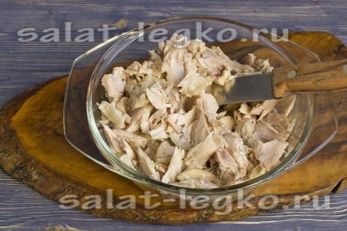 выложить курицу в салатник