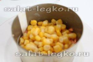 выложите консервированную кукурузу