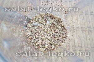 Ядра грецких орехов измельчите