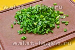 нарезаем свежий зеленый лук