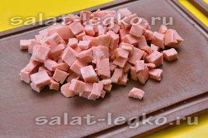 Вареную колбасу нарезать