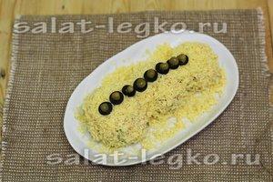 посыпать сыром, уложить маслины и горошек