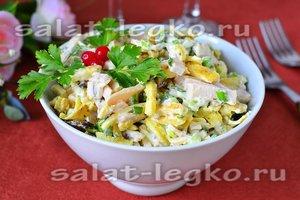 Салат из яичных блинчиков с луком и ветчиной