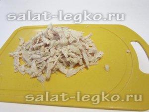 Отварное и охлажденное мясо курицы крупно нарезать