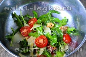 полейте заправкой и перемещайте салат