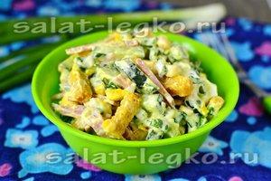 Салат с копчёной колбасой, сухариками и кукурузой