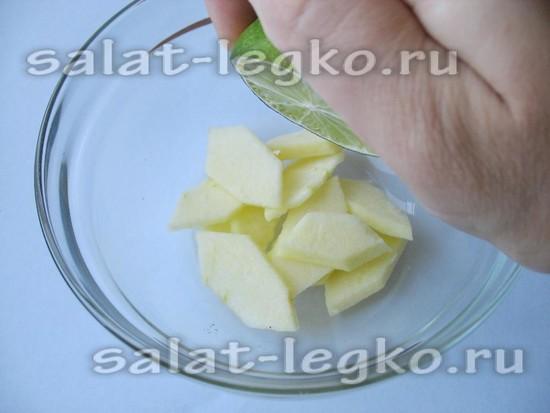 Сбрызните яблоки соком лайма