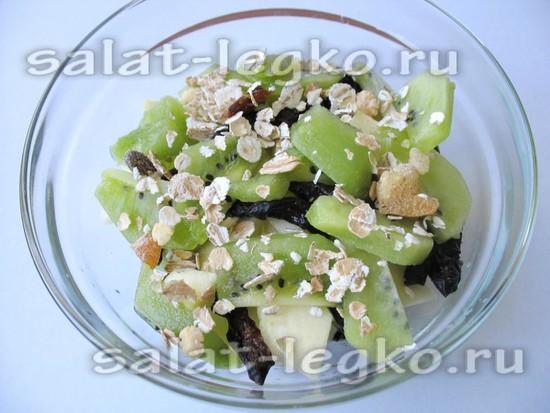 Посыпать салат мюслями