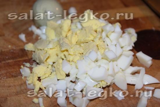 Яйца нашинковать