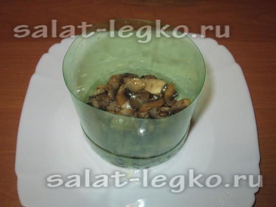 выкладываем жареные грибы