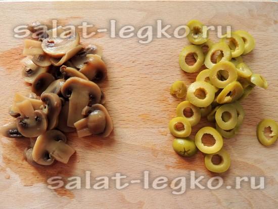 грибы и оливки нарезать