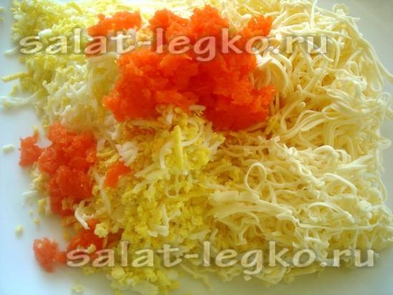 Соединяем тертые сыр, яйцо и морковь