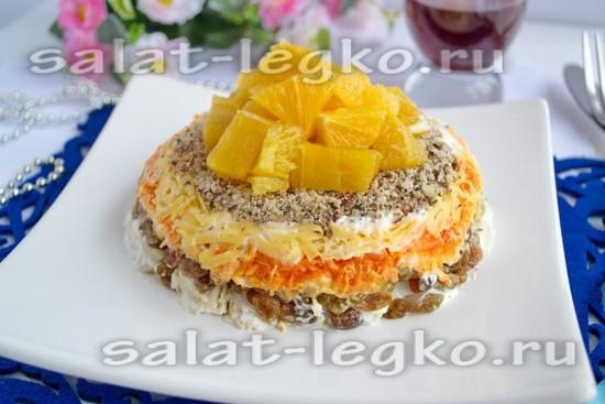 Салат аккуратно переверните на плоское блюдо