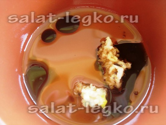 Добавляем к чесноку оливковое масло и соевый соус