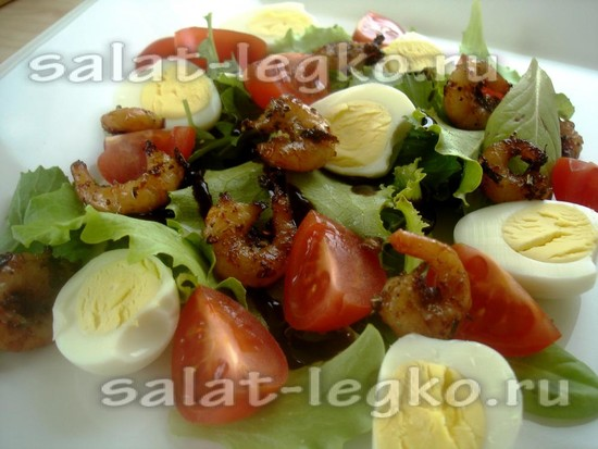 выложить креветки поверх салата