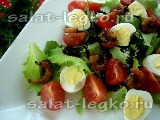 Вкусный салат с креветками, черри и перепелиным яйцом